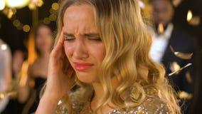 Smutna damy cierpienia migrena przy nocy nacierania i klubu świątyni głośny muzyczny bawić się zdjęcie wideo