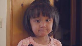 Smutna dziecko pozycja blisko drzwi zdjęcie wideo