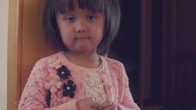 Smutna dziecko pozycja blisko drzwi zbiory