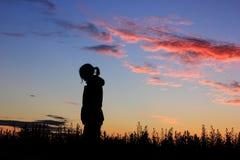 Smutna dziewczyna na zmierzchu tle, sylwetka Obraz Royalty Free