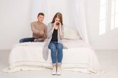 Smutna dziewczyna płacze facet próbuje opowiadać z ona _ zdjęcia stock