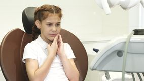 Smutna dziewczyna pokazuje że toothache zbiory