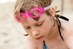 Smutna dziewczyna w pływackich gogle przy plażą Fotografia Royalty Free
