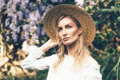 Smutna dziewczyna w słomianym kapeluszu obrazy royalty free