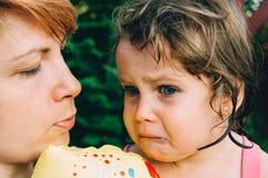 Smutna dziewczyna z matką Zdjęcia Royalty Free