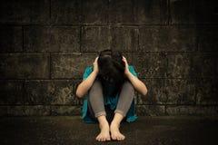 Smutna i przygnębiona mała dziewczynka fotografia stock