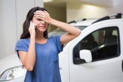 Smutna kobieta dzwoni someone z jej telefonem komórkowym Obraz Stock