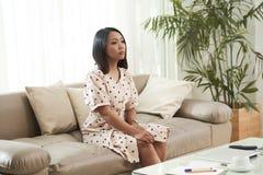 Smutna kobieta odpoczywa w domu obrazy royalty free