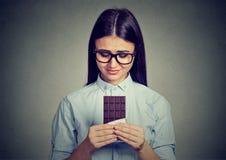 Smutna kobieta pragnie cukierki czekoladowego baru męczył diet ograniczenia Obrazy Stock
