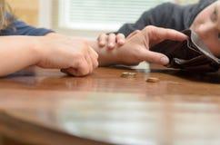 Smutna kobieta przy stołem myśleć ostatnie monety Pusty portfel - chłopiec syna spokojów matka Obraz Stock