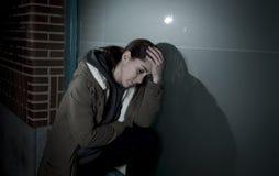 Smutna kobieta samotnie opiera na ulicznym okno przy nocy cierpienia depresji płaczem w bólu Zdjęcia Stock