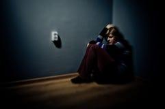 Smutna kobieta siedzi samotnie Obrazy Royalty Free