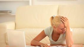 Smutna kobieta sprawdza jej koszty zdjęcie wideo