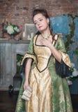 Smutna kobieta w średniowiecznym smokingowym mienie liście obraz stock