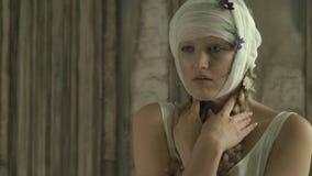 Smutna kobieta z bandażującą głową w biel sukni zbiory