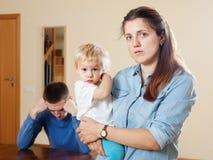 Smutna kobieta z dzieckiem przeciw mężowi po bełta Obrazy Royalty Free
