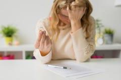 Smutna kobieta z podpisującą rozwodową papieru mienia obrączką ślubną Fotografia Royalty Free
