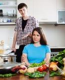 Smutna kobiety słuchania mężczyzna kuchnia w domu Fotografia Royalty Free