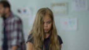 Smutna mała dziewczynka iść daleko od podczas gdy ona rodzice dyskutuje w domu, nieszczęśliwy dzieciństwo zbiory