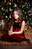 Smutna mała dziewczynka przy bożymi narodzeniami Zdjęcia Royalty Free