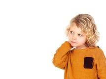 Smutna mała chłopiec drapa jego kierowniczego Zdjęcia Royalty Free