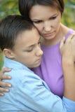 Smutna matka z synem w parku Zdjęcia Stock
