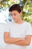 Smutna nastolatek chłopiec patrzeje w dół plenerowy zdjęcie stock