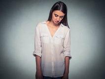 Smutna nieśmiała niepewna kobieta patrzeje w dół unikający kontakt wzrokowego obraz stock