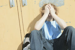 Smutna osamotniona chłopiec w szkolnym boisku Fotografia Stock