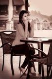 Smutna osamotniona dziewczyna pije kawę Zdjęcia Stock