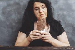 Smutna płacz młoda kobieta je chocola męczył diet ograniczenia Obraz Royalty Free