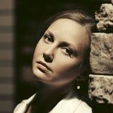 Smutna piękna kobieta opiera na ścianie w nocy miasta ulicie zdjęcia stock