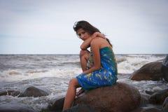 Smutna piękna kobieta blisko morza Obrazy Stock