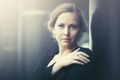 Smutna piękna mody kobieta w nocy miasta ulicie Obraz Royalty Free