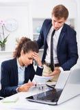 Smutna podkomendna kobieta oskarża robić błędowi mężczyzna col obrazy stock