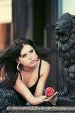Smutna potomstwo mody kobieta z czerwieni różą Zdjęcie Royalty Free