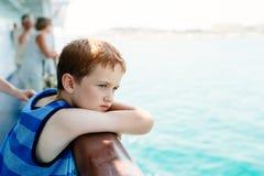 Smutna rozważna chłopiec patrzeje morze Obrazy Royalty Free