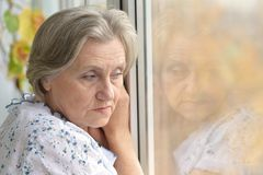 Smutna stara dama w domu Zdjęcia Royalty Free
