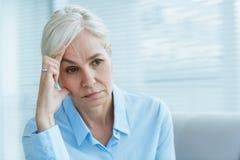 Smutna starsza kobieta w domu zdjęcie royalty free