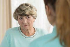 Smutna starsza kobieta w karmiącym domu Obrazy Stock