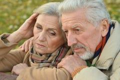 Smutna starsza para w parku Zdjęcia Royalty Free