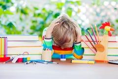 Smutna szkolna dzieciak chłopiec z szkłami i studenckim materiałem Zdjęcie Stock