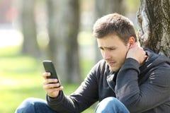 Smutne nastoletnie czytelnicze telefon wiadomości Zdjęcie Stock