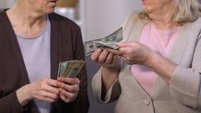 Smutne starsze damy liczy dolarowych banknoty, wysoka stopa procentowa dla kredytować zdjęcie wideo