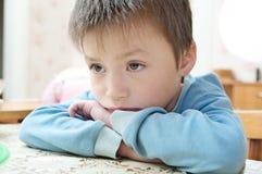 Smutnego chłopiec portreta przyglądający oddalony główkowanie, rozważny dziecka uczucia skaleczenie Obraz Royalty Free