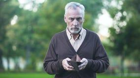 Smutnego emeryta mienia pusty portfel, emerytury ubóstwo, kryzys finansowy, kredyt zbiory wideo
