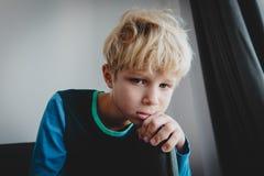 Smutnego zmęczonego przeciążenia młoda chłopiec, stres i depresja, zdjęcie royalty free