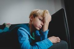 Smutnego zmęczonego przeciążenia młoda chłopiec, stres i depresja, obraz royalty free