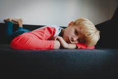 Smutnego zmęczonego przeciążenia młoda chłopiec, stres i depresja, fotografia stock