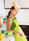 Smutnej dziewczyny płuczkowy wnętrze w kuchni Obraz Stock
